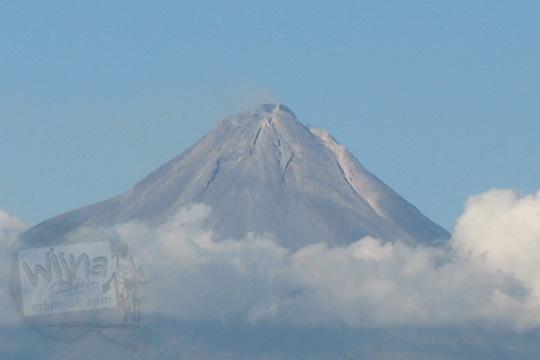 puncak gunung merapi terlihat jelas dari atas candi borobudur pada zaman dulu tahun 2006