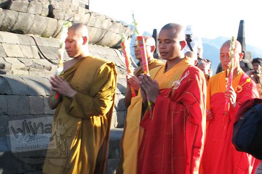 biksu cina buddha berbaju merah menglilingi puncak candi borobudur pada acara waisak zaman dulu tahun 2006