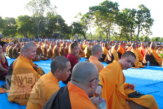 biksu gundul cina sipit sedang semedi acara waisak di candi borobudur pada zaman dulu tahun 2006