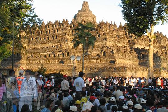 umat buddha seluruh indonesia berkumpul duduk acara waisak di candi borobudur pada zaman dulu tahun 2006