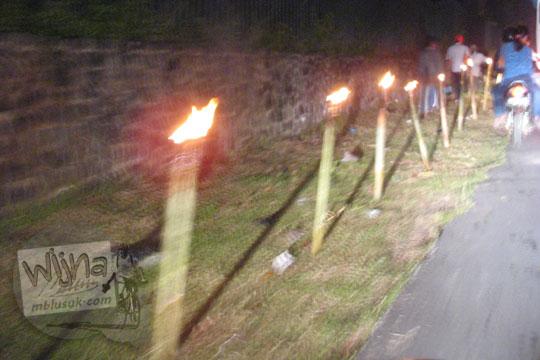 obor-obor bambu menghiasi pinggir jalan raya di acara waisak candi borobudur pada zaman dulu tahun 2006