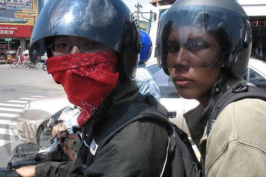 winkausyar wanranto membonceng raditya panji umbara naik sepeda motor
