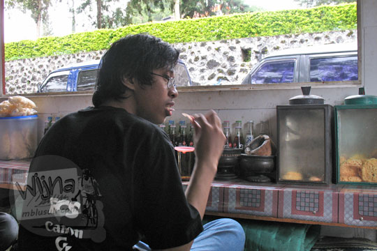 wijna makan di warung grojogan sewu tawangmangu