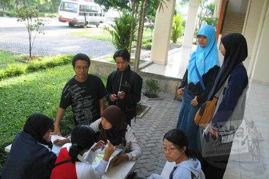 cewek-cewek mahasiswi matematika ugm jogja berkumpul di selasar kampus fmipa utara