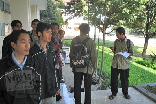 cowok-cowok mahasiswa matematika ugm jogja berkumpul di selasar kampus fmipa utara