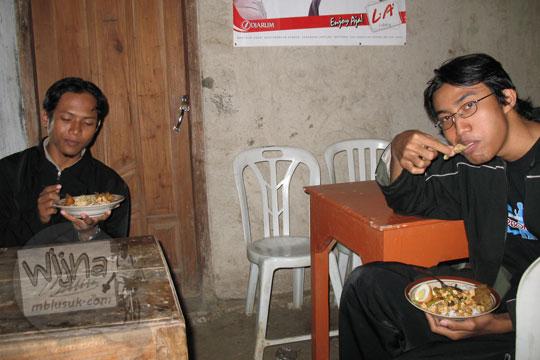 samsul arifin dan winkauysar wanranto sedang makan