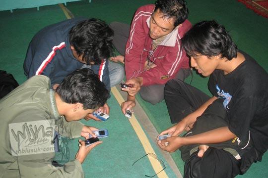 winkausyar wanranto dan joko affandy serta nanang susyanto sedang bermain handphone