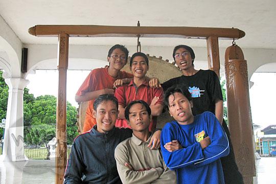 mahasiswa matematika ugm 2004 berfoto dengan bedug masjid agung temanggung