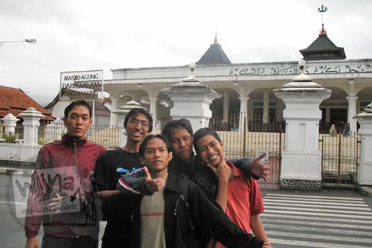 mahasiswa matematika ugm 2004 berfoto di depan masjid agung temanggung