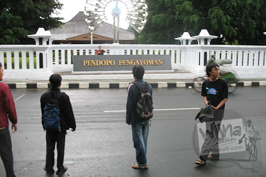 mahasiswa matematika ugm 2004 di depan rumah bupati temanggung