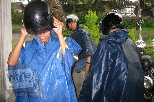 gunawan saputra usman pakai mantel hujan