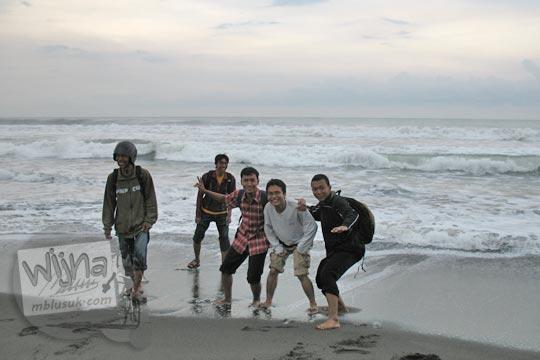 mahasiswa matematika ugm sedang berfoto-foto di pantai glagah