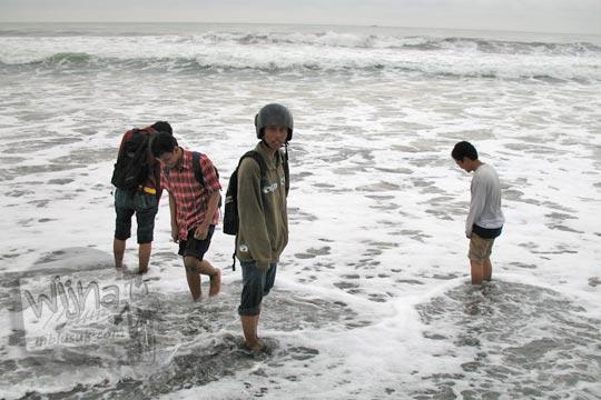 mahasiswa matematika ugm sedang berwisata di pantai glagah