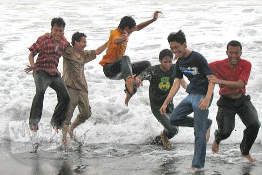 mahasiswa matematika ugm lompat di pantai glagah