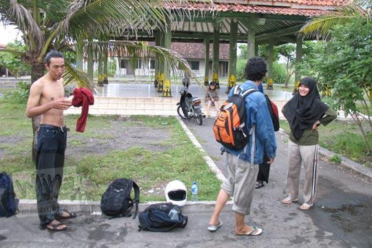 mahasiswa matematika ugm bersantai di pendopo pantai glagah