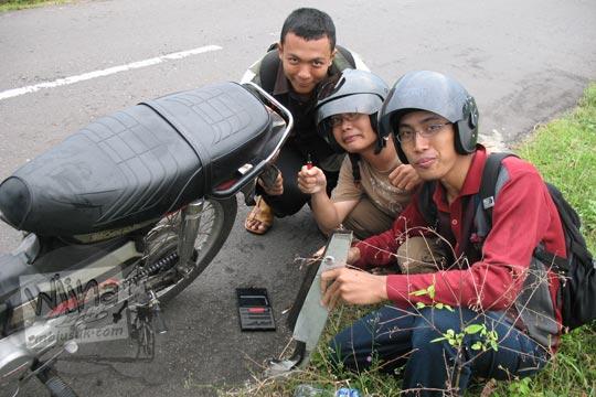 mahasiswa matematika ugm bergaya di samping motor rusak