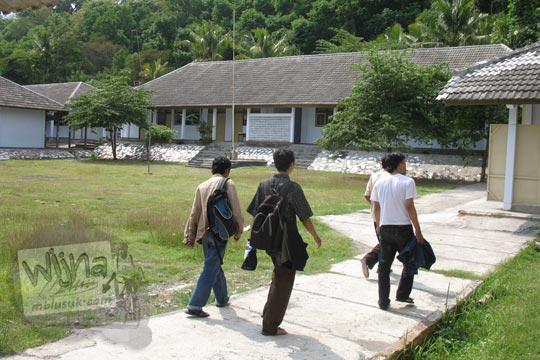 mahasiswa meninjau smp negeri 2 pereng prambanan