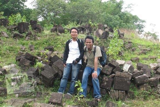 dua laki-laki foto bareng di situs dawangsari prambanan