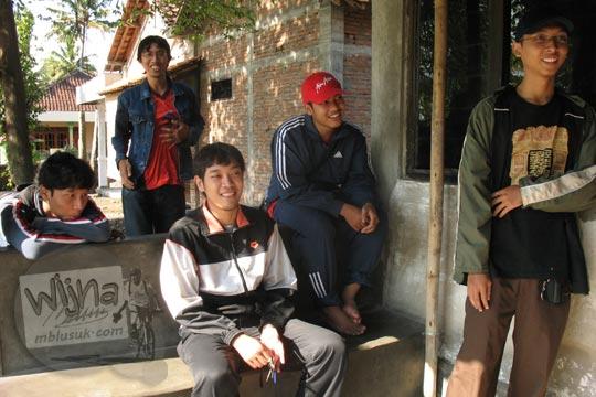 mahasiswa sedang bertamu di rumah warga desa kebondalem kidul klaten