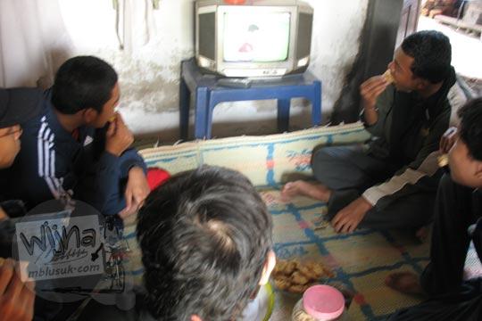 mahasiswa sedang nonton tv di rumah warga desa klaten