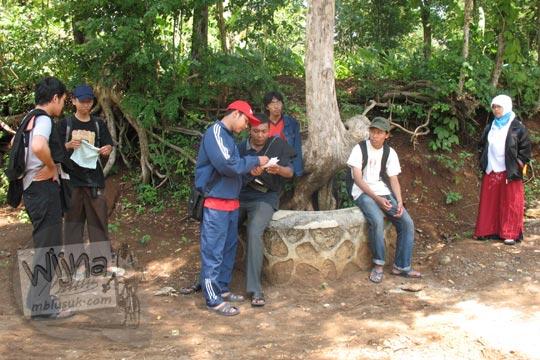 diskusi rute outbond di perbukitan hutan prambanan