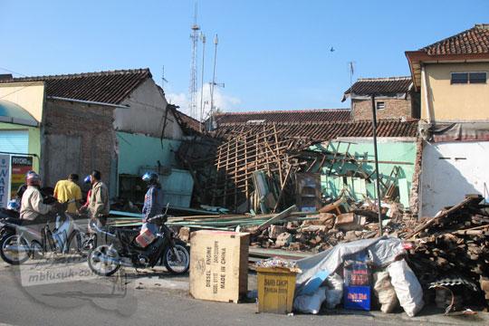 rumah di maguwo rubuh ketika gempa jogja 2006