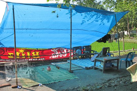 tenda korban gempa di suatu desa di Prambanan pada Mei 2006