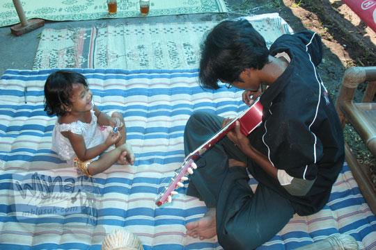 hiburan warga korban gempa 2006 di prambanan klaten jawa tengah