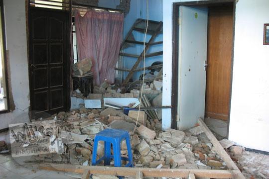 rumah runtuh di desa kebondalem kidul ketika gempa 2006