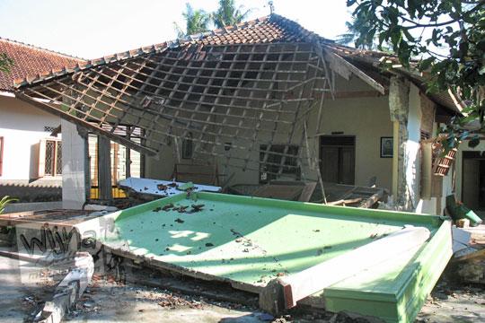 atap rumah runtuh di desa kebondalem kidul ketika gempa 2006