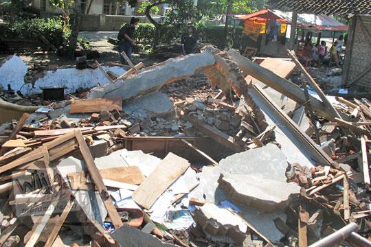 puing rumah yang hancur di desa kebondalem kidul ketika gempa 2006