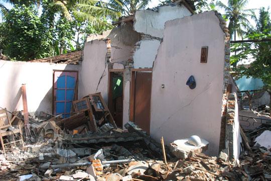 rumah hancur di desa kebondalem kidul terkena gempa 2006