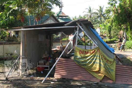 tenda darurat di desa kebondalem kidul ketika terjadi gempa 2006