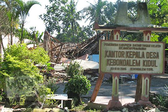 tampak depan balai desa kebondalem kidul prambanan rusak terkena gempa 2006