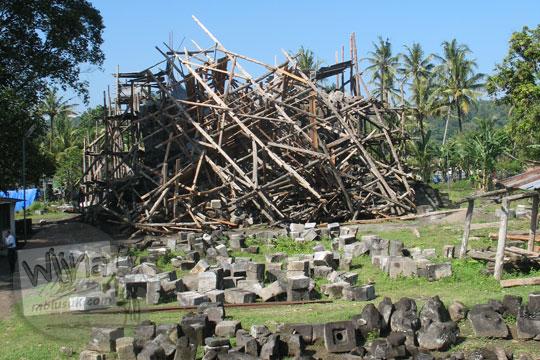 candi Sojiwan yang sedang dipugar runtuh terkena gempa 2006