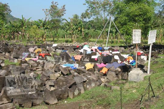 jemuran pakaian di batu-batu halaman candi sojiwan ketika gempa 2006