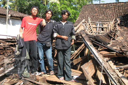 foto bersama di tempat lokasi gempa jawa tengah prambanan 2006