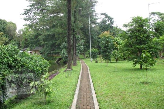 jalan setapak di pinggir danau manggala wanabakti pada zaman dulu