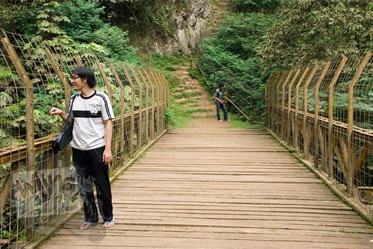 jembatan air terjun maribaya