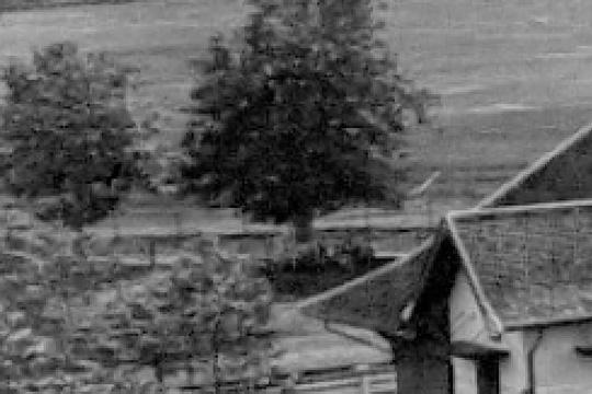 pagar pembatas jalan raya dengan arena lapangan balap pacuan kuda langensari yogyakarta pada tahun 1925