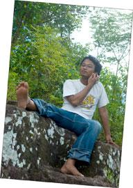 Gaya norak Andreas Yenri di Watu Leter Prambanan