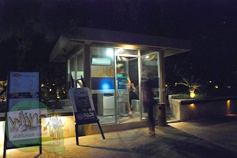 ATM Bank di Gili Trawangan, Nusa Tenggara Barat pada Agustus 2009