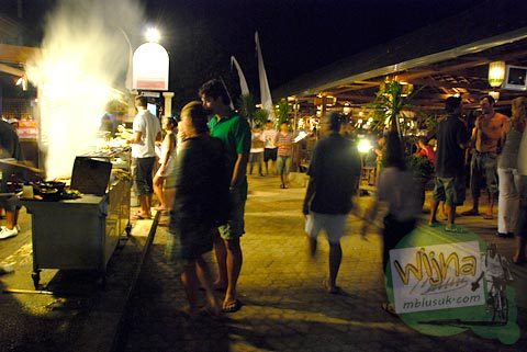 Suasana gemerlap hiburan malam hari di Gili Trawangan, Nusa Tenggara Barat pada Agustus 2009