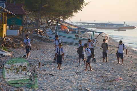 Siswa-siswi SMP berangkat sekolah di Gili Trawangan, Nusa Tenggara Barat pada Agustus 2009