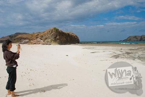 Suasana pantai pasir putih perawan di Lombok, Nusa Tenggara Barat tahun 2009