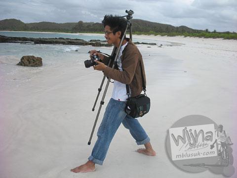Tukang foto di pantai pasir putih Lombok, Nusa Tenggara Barat tahun 2009