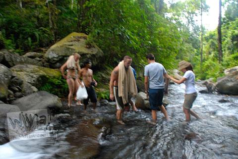 Turis asing tanpa busana di gunung Rinjani, Nusa Tenggara Barat tahun 2009