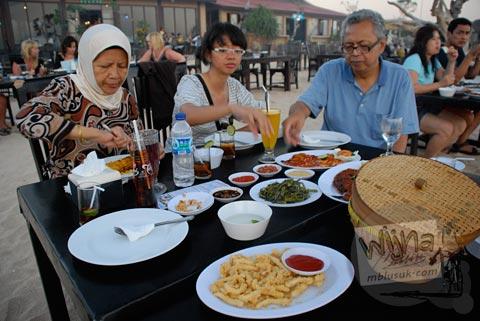 Foto makan bareng keluarga di Restoran di Pantai Jimbaran, Bali pada Agustus 2009