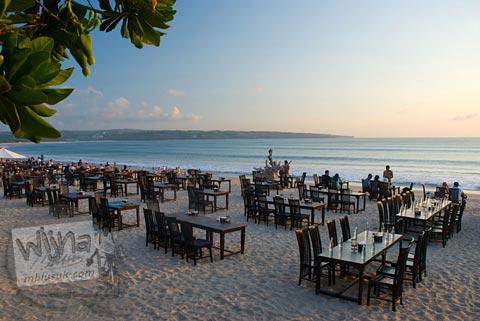 Foto meja dan kursi Restoran pinggir Pantai Jimbaran, Bali pada Agustus 2009