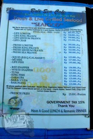 Foto daftar menu dan harga Restoran di Pantai Jimbaran, Bali pada Agustus 2009